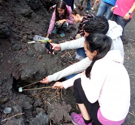 Assando marshmallows no vulcão Pacaya.
