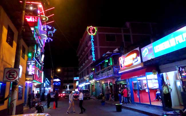 Rua das boates em Baños