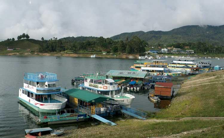 Píer de Guatapé com vários barcos ancorados