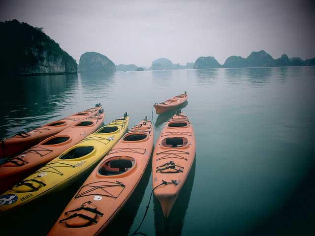Caiaques em Halong Bay -
