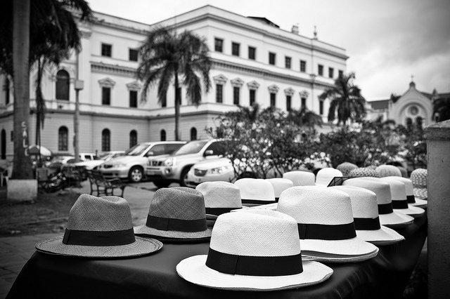 Foto  Dennis Tang (CC BY-SA 2.0). Chapéus sendo vendidos no Panamá ... 0bc06c64c60