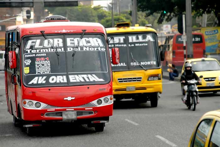 Busetas, pequenos ônibus, de Medellín