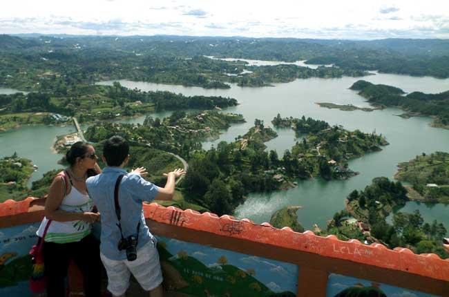 Mirante do Peñol de Guatapé com vista para a represa