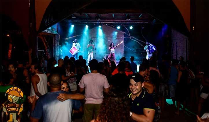 Conheça a noite de Itaúnas, a capital do forró