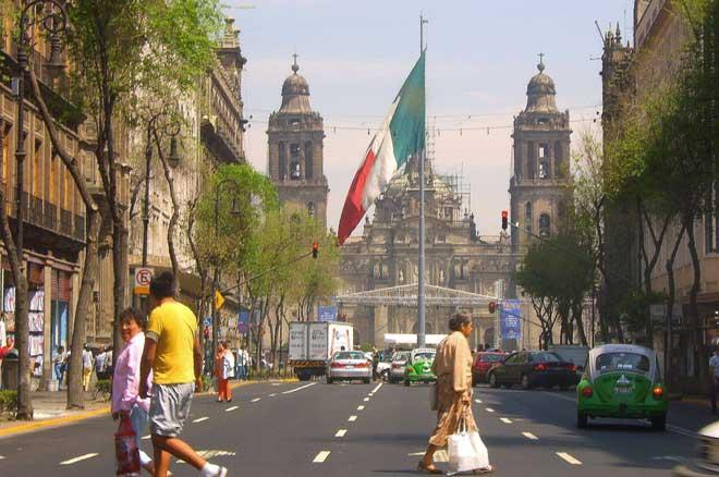 centro histórico na Cidade do México com a catedral ao fundo