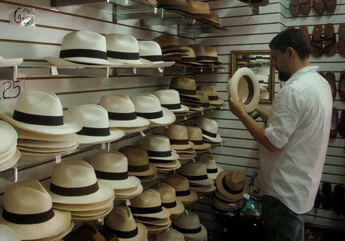 Homem esperimentado chapéus do panamá