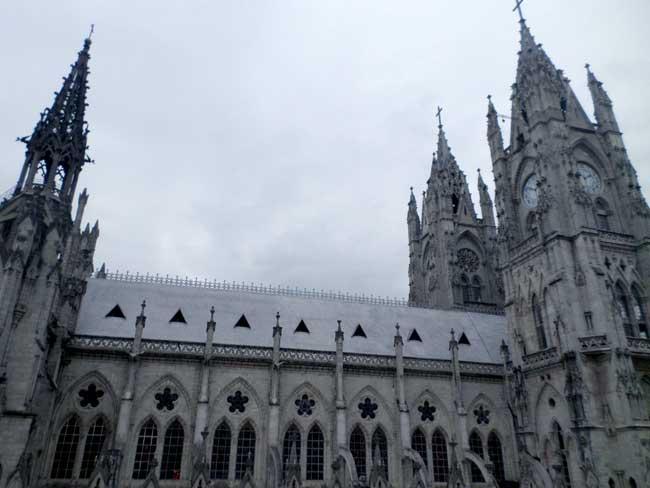 vista lateral da basilica do voto nacional de quito