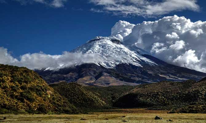 cume com neve do vulcão cotopaxi em quito