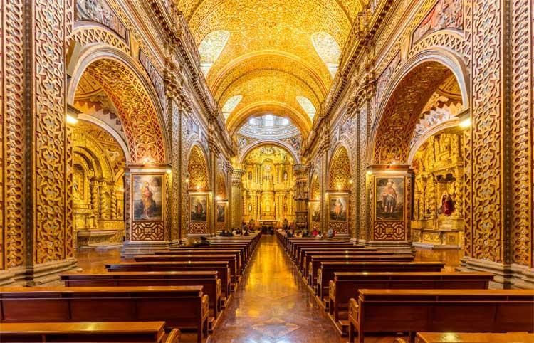 Interior de ouro da Igreja da Companhia de Jesus em Quito