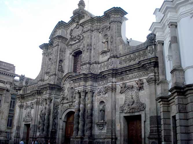 fachada de pedra vulcanica da Igreja da Companhia de Jesus em Quito