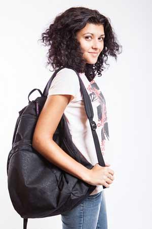 mulher com uma mochila de ataque