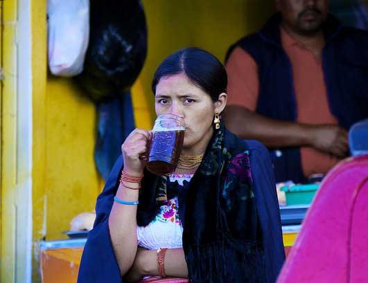 equatoriana bebendo cerveja