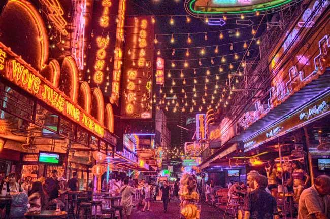 Rua Soi Cowboy com bares e prostíbulos em Bangkok