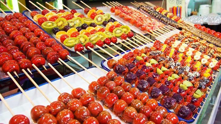 espetinhos de frutas comida típica chinesa Pequim