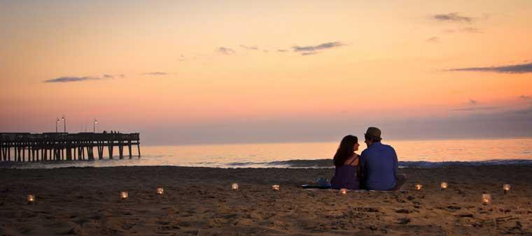 velas na praia ao entardecer casal