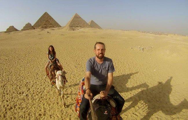 passeio de camelo no deserto pirâmides