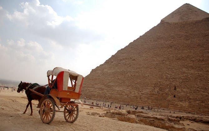 Charrete nas pirÂmides de gizé egito