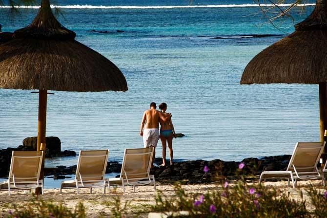 casal em lua de mel praia